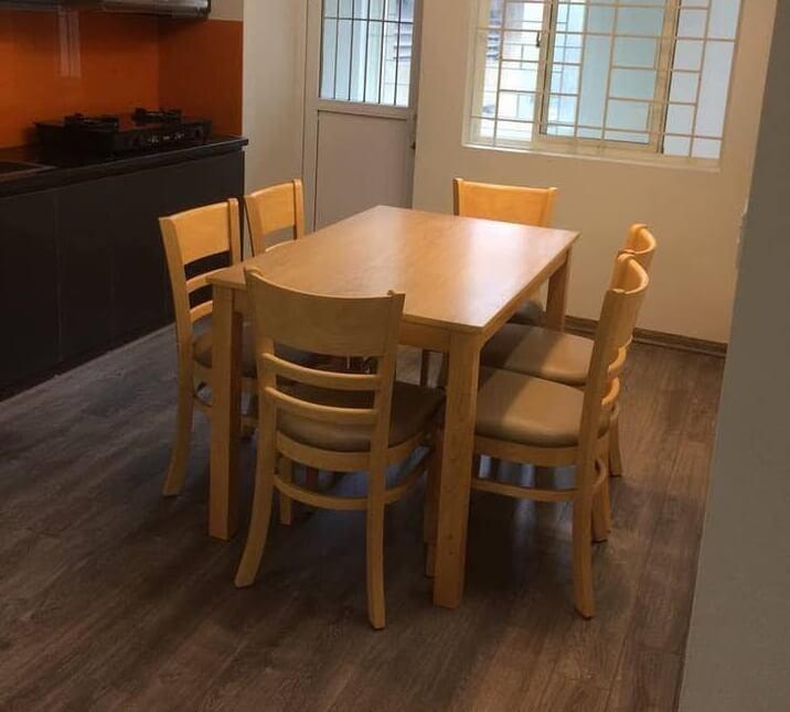 bộ bàn ăn cabin màu vàng